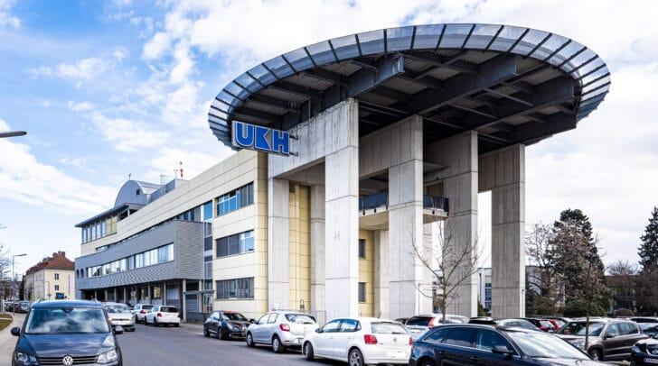 Der Motorradfahrer wurde mit leichten Verletzungen in das UKH Klagenfurt gebracht.