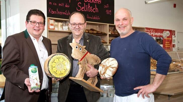 Stadtrat Christian Pober, Kärntner-Geschäftsführer Helmut Petschar und Bäckermeister Hans Selitsch mit dem neuen Villacher Wochenmarktkäse.