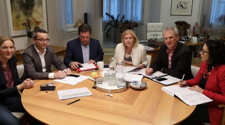 Bei Bürgermeisterin Dr. Maria-Luise Mathiaschitz wurden die Einsatzpläne für einen eventuellen Corona-Krankheitsfall abgestimmt.