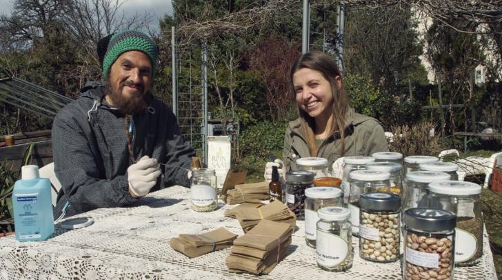 Sascha und Vanessa von der Verantwortung Erde mit ihrem Saatgut.