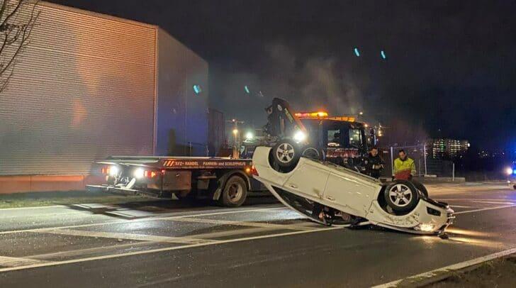 Das Fahrzeug kam mitten auf der Fahrbahn auf dem Dach zum Stillstand.