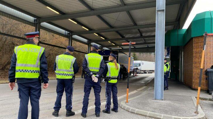 Am Grenzübergang in Thörl Maglern, Arnoldstein, werden Kontrollen durchgeführt.
