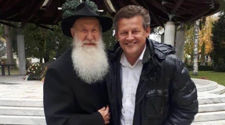 Anton Wanner, links im Bild, feiert heute seinen 80. Geburtstag. FPÖ-Stadtrat Christian Scheider wünschte dem Pater, wie einige andere, auf Facebook