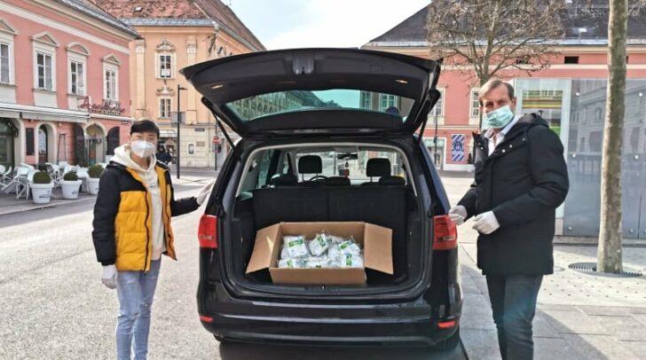 Heute wurden 500 Atemschutzmasken als Spende übergeben. Am Bild zu sehen: Xiao Li Yang die Chefin von ,,The Wok'' und Bernhard Exeli ein Facharzt für Zahnmedizin.