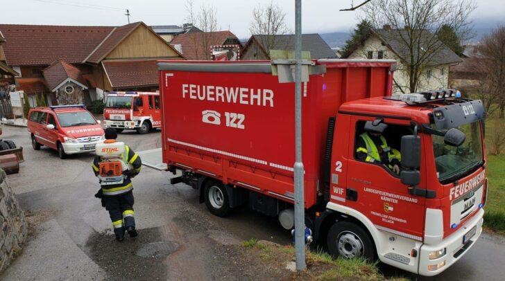 Gemeinsam mit den Einsatzkräften der Hauptfeuerwache Villach gelang es der FF Vassach, die Ölspur rasch zu binden und für die Natur und den Verkehr unschädlich zu machen.