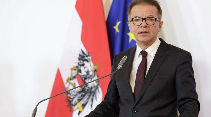 Gesundheitsminister Rudolf Anschober warnte heute davor, dass die Corona-Pandemie noch nicht vorbei ist und keine Risiken eingegangen werden sollten.