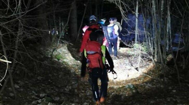 Neben dem Polizeihubschrauber FLIR sind auch Einsatzkräfte der Polizei und der Bergrettung am Boden unterwegs und versuchen, den vermissten Wanderer ausfindig zu machen.