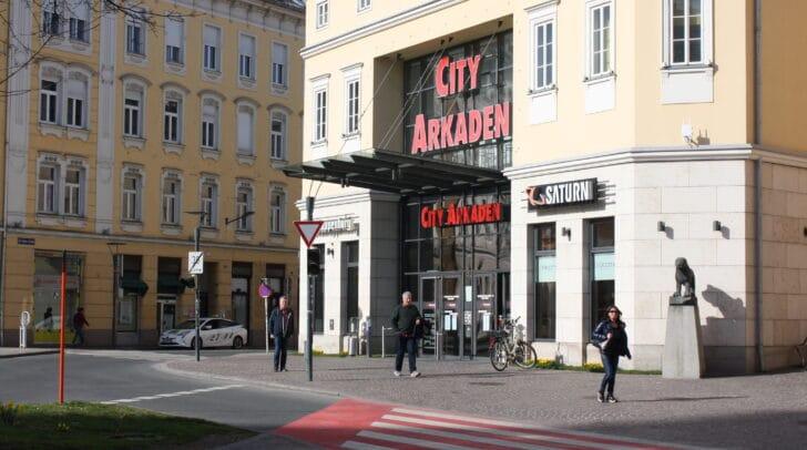 Mehrere Verkaufsflächen in den City Arkaden stehen derzeit leer.