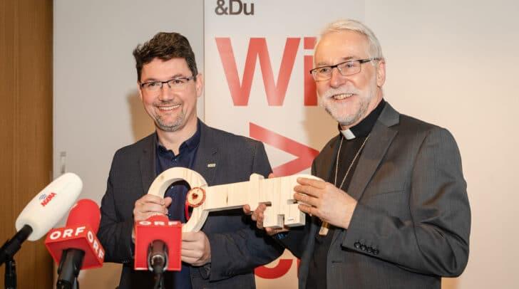 Bischof Josef Marketz bei einer Schlüsselübergabe an Direktor Ernst Sandriesser, seinen Nachfolger in der Caritas.
