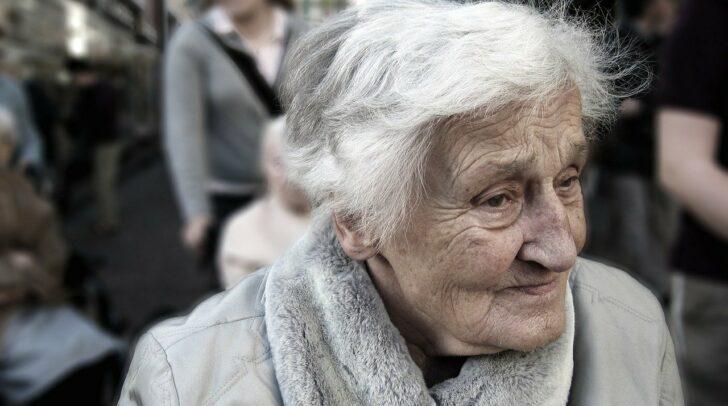 Vor allem ältere Personen sind oft auf Betreuung oder sogar 24-Stunden-Pflege angewiesen. Das Land Kärnten versucht nun alles, um die Pflegeversorgung in der aktuellen Lage zu sichern.