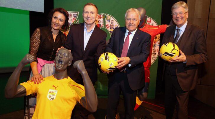 Im Bild: Tanja Hausott (Vizepräsidentin), Klaus Mitterdorfer (Präsident), Leo Winter (ÖFB Präsident) und LH Peter Kaiser