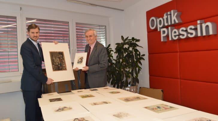 René und Alfred Plessin beim Auspacken des riesigen Kartons, der mit rund 100 Grafiken, Lithografien, Zeitungsausschnitten bis hin zu Postkarten aus verschiedenen Jahrhunderten in Villach angekommen ist.