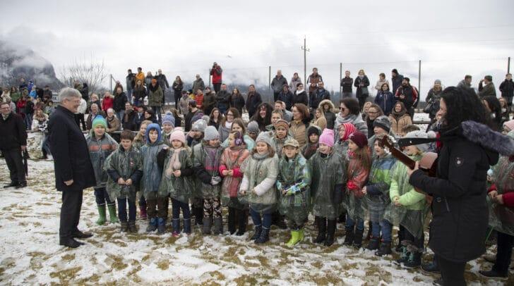 LH Peter Kaiser begrüßt den Kinderchor der Volksschule Sittersdorf, der zur Eröffnung der feierlichen Angelobung sang.