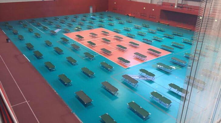 In der Ballsporthalle im Sportpark wird derzeit vorsorglich ein Notquartier mit 100 Betten eingerichtet