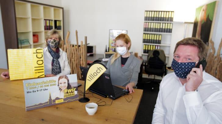 Bürgermeister Albel mit links Gemeinderätin Christine Mirnig und Sandra Staber vom Stadtmarketing Villach, die das Villacher Einkaufsservice koordinieren.