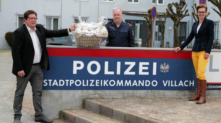 Stadtrat Christian Pober und Stadträtin Katharina Spanring stellten sich bei Stadtpolizeikommandanten Erich Londer mit einem Jausenkorb voll regionaler Spezialitäten ein.