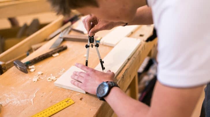Viele produzierende Handwerksbetriebe, wie etwa Tischler, nehmen trotz der momentan erschwerten Arbeitsbedingungen ihre wirtschaftliche Verantwortung wahr.