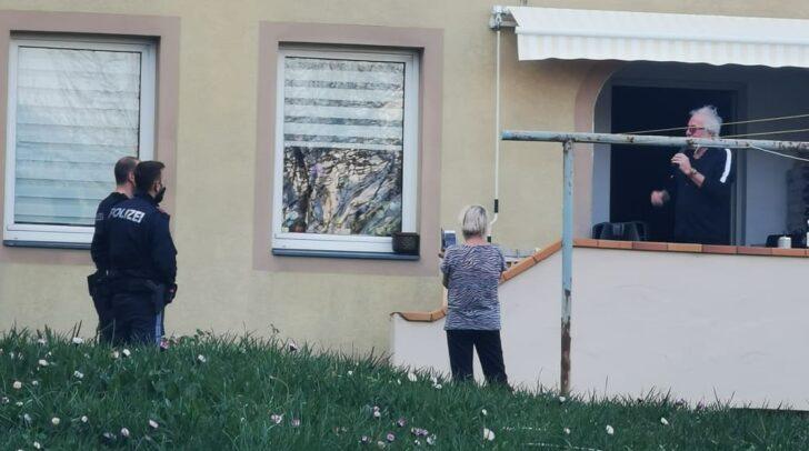 Der 77-jährige Musiker wurde in Villach von Polizeibeamten gebeten, den Corona-Flashmob-Gig vor seiner Wohnungstür zu beenden.