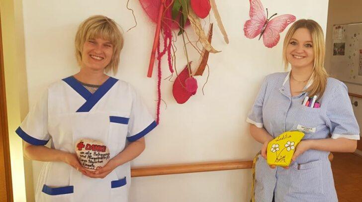 Die Pflegerin Kerstin Dobner, links, und DGKP Marina Maurer mit den Geschenken an die Heimbewohner.