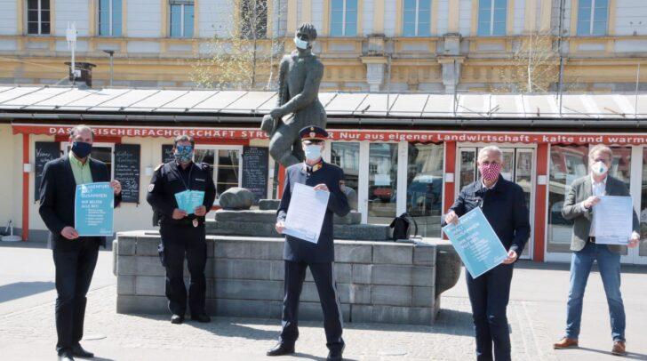 Vizebürgermeister Jürgen Pfeiler, Stadtrat Markus Geiger mit Vertretern von Ordnungsamt und Stadtpolizeikommando