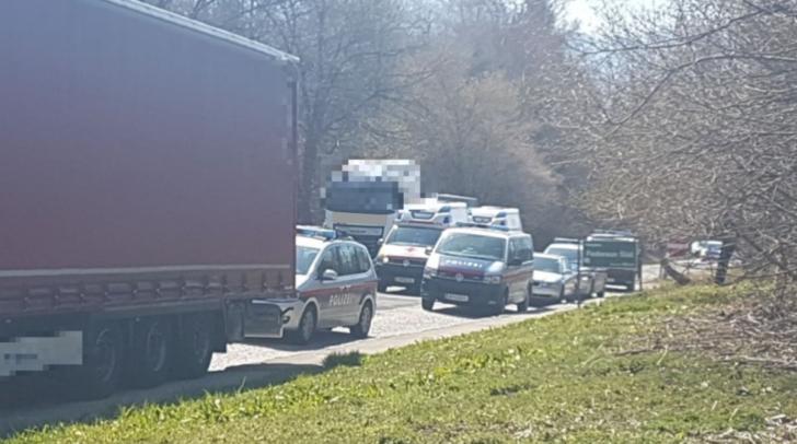 Beim Autobahnparkplatz Federaun fand am Sonntag ein Polizei-Großeinsatz statt.