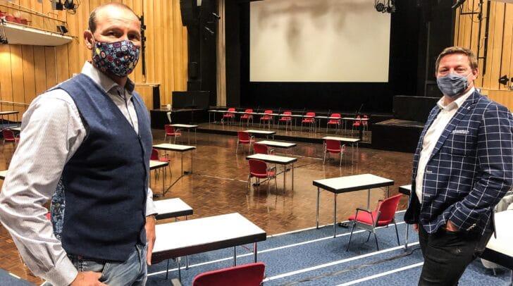 Villachs Stadtphysikus Martin Herzeg und Bürgermeister Günther Albel kontrollieren die Sicherheitsaspekte im Congress Center.