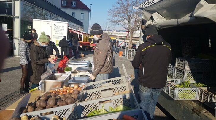 Am Villacher Wochenmarkt werden regionale Lebensmittel, Blumen und Pflanzen, Holzschnitzerzeugnissen und Töpferwaren angeboten.