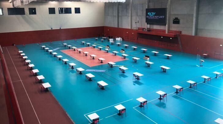 Die Ballsporthalle im Sportpark wurde zu einem Sitzungssaal umfunktioniert.