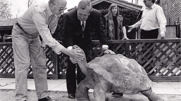 "Gründungspate der Riesenschildkröte ""Poldi"" war der beliebte Langzeitbürgermeister Leopold Guggenberger."
