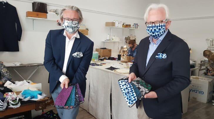Style-Duo: Hannes Wallner (li.) und Rudolf Gross mit den bunten Versace-Teilen.