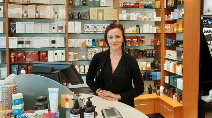 Parfumeriefachfrau Vezira freut sich auf euch...