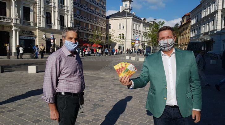 Stadtmarketing Chef Gerhard Angerer und Bürgermeister Günther Albel freuen sich über den großen Erfolg der Gutscheine Aktion.