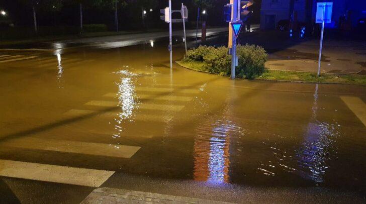 Die Kameraden der FF Hauptwache Klagenfurt und der Berufsfeuerwehr Klagenfurt wurden zu einem Wasserrohrbruch in die Koschatstraße alarmiert.