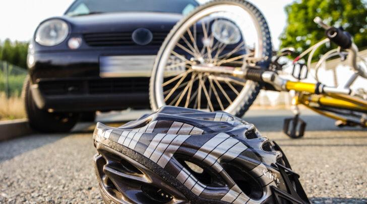 Bei der Kollision mit dem PKW wurde der 54-jährige Radfahrer unbestimmten Grades verletzt.
