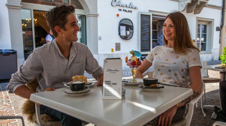 """Von der Terrasse des Restaurant Charles direkt am Villacher Hauptplatz hast du freie Sicht auf die """"Rettl Modeschau""""."""