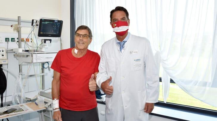 Der Prim. Univ.-Prof. Dr. Reinhard Mittermair mit seinem Patienten.
