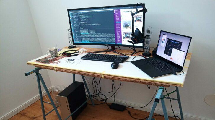 Ein kreativer Schreibtisch, ausgerüstet mit moderner Hardware.