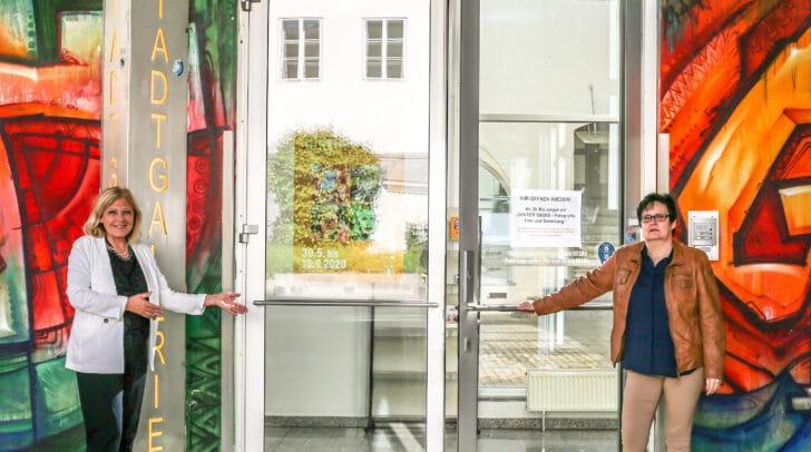 Die stadteigenen Galerien und Museen öffnen kostenlos ihre Pforten – Bürgermeisterin Dr. Maria‐Luise Mathiaschitz und Stadtgalerie‐Leiterin Mag. Beatrix Obernosterer freuen sich auf viele Besucherinnen und Besucher.