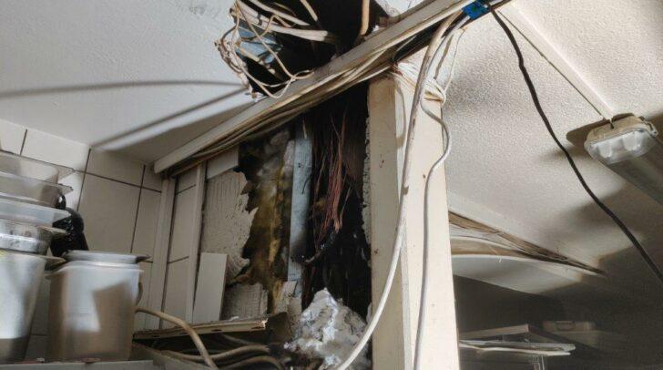 Teile der Decke und einer Wand mussten aufgerissen werden, um den Schwellbrand zu löschen.