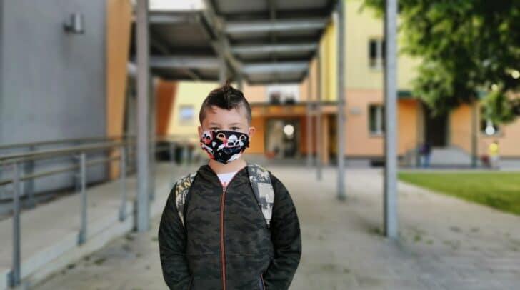 Beim Betreten des Schulgebäudes müssen die Schüler eine Maske tragen.