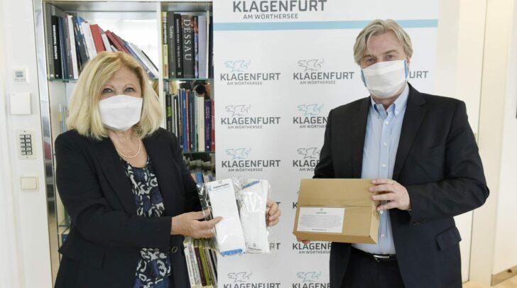 Bürgermeisterin Dr. Maria-Luise Mathiaschitz und Geschäftsführer Herbert Maierhofer bei der Übergabe im Rathaus.