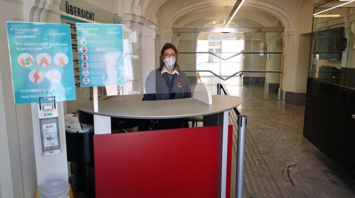 Im Rathaus und in den Amtshäusern Bahnhofstraße, Domplatz und Kumpfgasse wurden Empfangslösungen mit Maskenausgabe und Handdesinfektion installiert.
