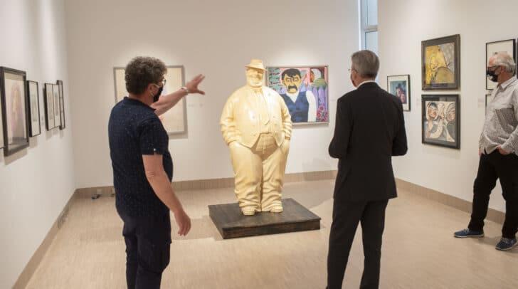 Museumskurator Harald Scheicher führt LH Peter Kaiser durch die Ausstellung.