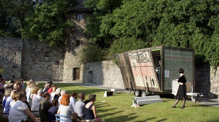 Der Theaterwagen des Ensemble Porcia (c) Ensemble Porcia/Marco Riebler