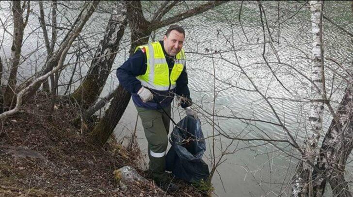 Umweltreferent Stadtrat Erwin Baumann legt bei der Flurreinigung selbst Hand an.