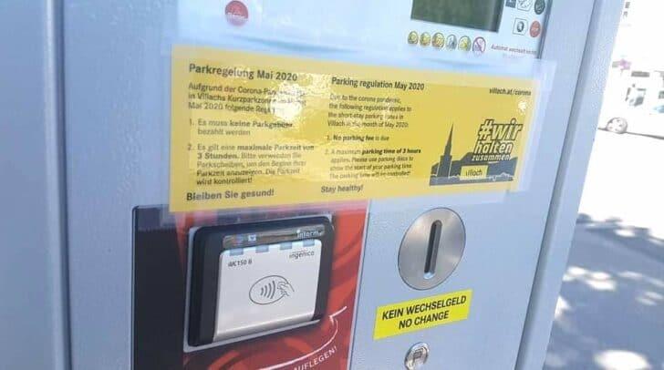 Neue Aufkleber auf den Automaten erinnern die Autofahrer übrigens an die Regelung.