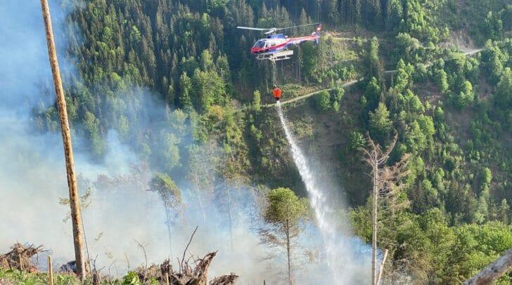 Zurzeit unterstützen sechs Hubschrauber den Löscheinsatz.
