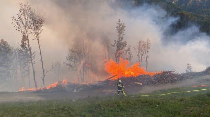 Bereits am Samstag brach der Waldbrand in Eisenkappel aus. Der Brand ist nun zwar unter Kontrolle, zur Gänze gelöscht ist er aber noch nicht.
