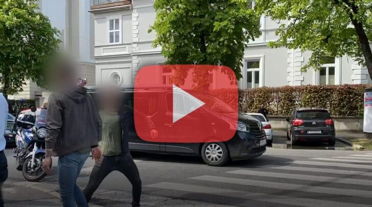Zwei Jugendliche beschimpfen Polizisten - einer wirft mit einer Dose Richtung Exekutive
