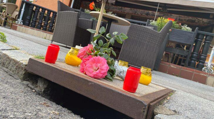 Am Tatort in Drobollach wurden Kerzen und Blumen aufgestellt.